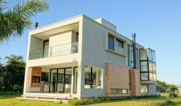 Casa de alto-padrão, 220m², em Condomínio na praia do Rosa - REF: 6694