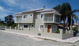 Linda casa em terreno de esquina com excelente localização em Garopaba. - REF: 6711