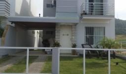 CASA com três dormitórios, no bairro Ferraz. - REF: 6259
