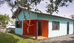 Casa com 2 quartos p/ 8 pessoas com varanda, a 500m do mar - REF: 21